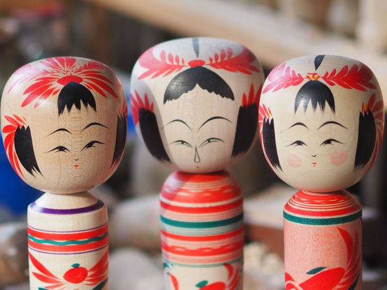 KOKESHI,FROM TOHOKU WITH LOVE -Une exposition de 200 kokeshi de la région de Tōhoku –
